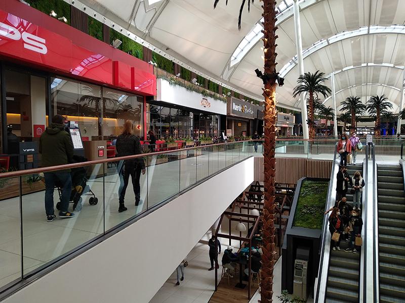 afluencia centros comerciales no recupera niveles pasado verano noticias retail